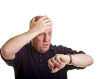Tête de fixation d'homme et regarder la montre Images stock