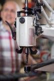 Tête de la machine à coudre pour des chaussures dans le studio Photo libre de droits