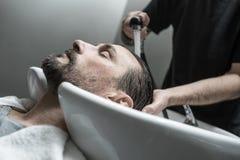 Tête de lavage dans le raseur-coiffeur Images libres de droits