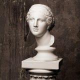 Tête de marbre blanche de jeune femme Sculpture en art de statue du visage en pierre Beau monument antique de femme photographie stock