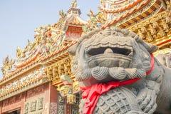 Tête de marbre de lion devant une architecture antique dans le temple chinois photo libre de droits