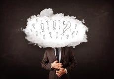 Tête de nuage d'homme d'affaires avec la question et les marques d'exclamation Photographie stock libre de droits