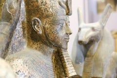 Tête de Ramses III dans une statue triangulaire - musée du Caire image stock