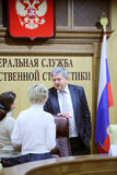 Tête de Rosstat A.Surinov et journalistes à la conférence Photos libres de droits