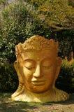Tête de statue de Bouddha dans le jardin d'un temple, Thaïlande Image libre de droits