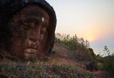 Tête en pierre de Bouddha à la montagne près de Gokarna Photo libre de droits