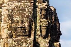 Tête en pierre sur des tours de temple de Bayon Image libre de droits
