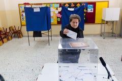 Tête grecque d'électeurs aux scrutins pour l'élection générale 2015 Images libres de droits