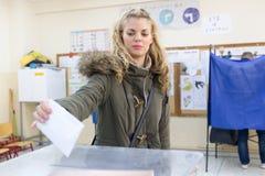 Tête grecque d'électeurs aux scrutins pour l'élection générale 2015 photos stock