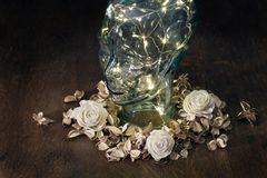 Tête humaine faite de verre avec des lumières à l'intérieur sur le fond foncé image libre de droits