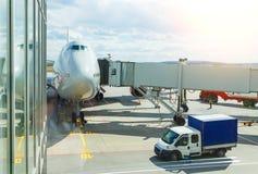 Tête plate enorme Grand avion de passagers à la porte à la vue de face d'aéroport Jour nuageux ensoleillé Photographie stock