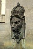 Tête royale de lion sur le mur Image libre de droits