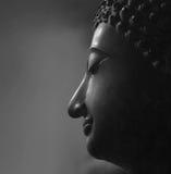 Tête traditionnelle de Bouddha sur un fond noir avec l'espace de copie Photos libres de droits
