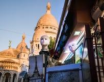 Têtes chauves de mannequin dans le premier plan ; dômes de Sacre Coeur à l'arrière-plan Photos stock