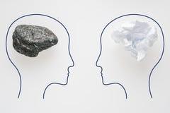Têtes de deux personnes avec la forme de cerveau de sciure et la forme en pierre de cerveau Deux personnes avec la pensée différe photos stock