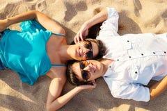 Têtes de jointure de couples sur la plage Photo libre de droits