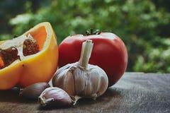 Têtes de poivron vert, de tomate et d'ail Image stock