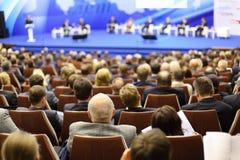 Têtes des auditeurs attentifs à la petite entreprise de forum Images stock
