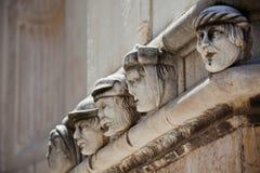 Têtes en pierre à la cathédrale de St James dans Sibenik, Croatie images stock