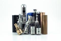 têtes et batteries d'E-cigarette d'isolement sur le blanc Photographie stock