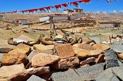 Tíbet. En el monasterio budista en las rocas escritas rezos Imagen de archivo libre de regalías