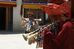 Tíbet, la India, monjes, festival, trajes, música, día de fiesta, rojo, budismo, tradición, religión, viaje Fotografía de archivo