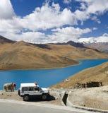 Tíbet - lago Yamdrok - meseta tibetana foto de archivo
