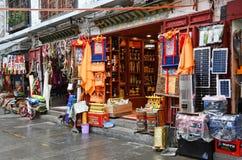 Tíbet, Lasa, China, junio, 03, 2018 Comercio de calle en la ciudad vieja Lasa fotografía de archivo libre de regalías