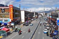 Tíbet, Lasa, China, junio, 03, 2018 Tíbet, Lasa, China, junio, 02, 2018 Tíbet, gente que camina en el centro de Lasa fotos de archivo