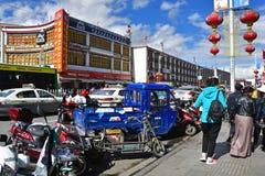 Tíbet, Lasa, China, junio, 03, 2018 Tíbet, Lasa, China, junio, 02, 2018 Tíbet, gente que camina en el centro de Lasa imagen de archivo libre de regalías