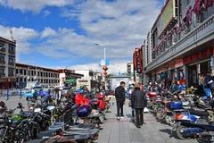 Tíbet, Lasa, China, junio, 03, 2018 Tíbet, Lasa, China, junio, 02, 2018 Tíbet, gente que camina en el centro de Lasa fotografía de archivo