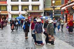 Tíbet, Lasa, China, junio, 03, 2018 Gente que camina en la ciudad vieja Lasa en lluvia imagen de archivo libre de regalías