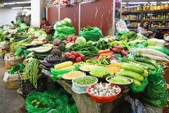 Tíbet, Lasa, China, junio, 03, 2018 Negocie por las verduras en el mercado central en Lasa, Tíbet imágenes de archivo libres de regalías