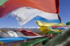 Tíbet: montañas e indicadores del rezo Fotos de archivo libres de regalías