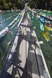 Tíbet: puente de cuerda con los indicadores del rezo Foto de archivo libre de regalías