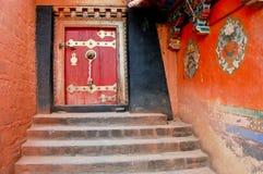 Tíbet - puerta vieja del monasterio Imágenes de archivo libres de regalías