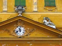 Tímpano del castillo amarillo viejo imagen de archivo libre de regalías