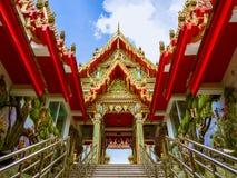 Tímpano del pabellón hacia el templo tailandés en Tailandia Imagenes de archivo