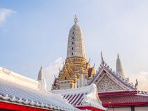Tímpano y pagodas en la iglesia en Tailandia Foto de archivo