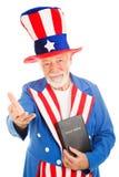 Tío Sam con la biblia - dando la bienvenida Imágenes de archivo libres de regalías