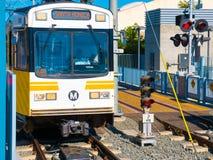 Título claro do trem do trilho do metro ocidental na 26a estação de St/Bergamot em Santa Monica Imagens de Stock Royalty Free