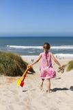 Título da moça para a praia Imagens de Stock Royalty Free