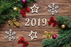 Título 2019 del Año Nuevo Decoración de la Navidad en el fondo de madera Imagen de archivo libre de regalías
