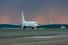 Título del aeroplano para seguirme coche en la pista de rodaje principal Fotografía de archivo libre de regalías