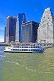 Título del transbordador de East River en Midtown Manhattan Imagen de archivo