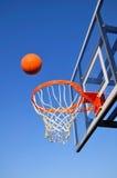 Título hacia el aro, cielo azul del tiro de baloncesto Imagen de archivo libre de regalías