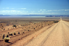 Título namibiano del camino de tierra en la distancia Foto de archivo