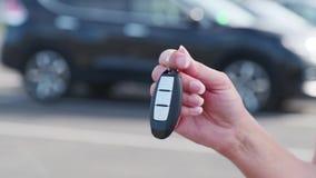 Título: una mujer muestra que las llaves a su nuevo coche compraron de un concesionario de coches almacen de metraje de vídeo