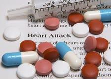 Título y medicinas del ataque del corazón Imagenes de archivo