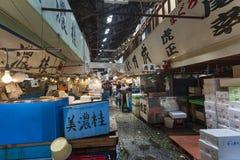 TÓQUIO - 11 DE MAIO: Mercado de peixes de Tsukiji da visita dos clientes Imagem de Stock Royalty Free
